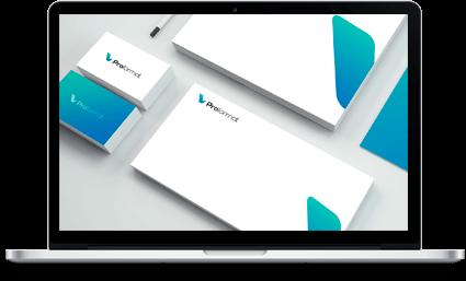 Papier firmowy i wizytówki na ekranie laptopa