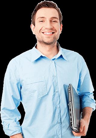 Mężczyzna z uśmiechem trzymający laptop