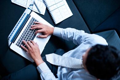 Mężczyzna piszący na laptopie
